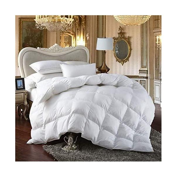 Белое одеяло на кровати.
